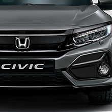 Vista frontale di tre quarti della Honda Civic sotto un ponte