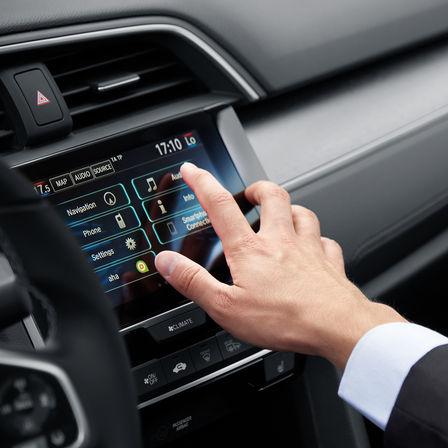 Primo piano del sistema di infotainment della Honda Civic 4 porte.
