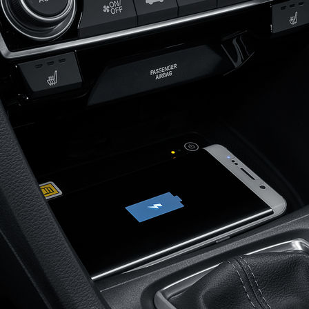 Primo piano del caricabatterie wireless della Honda Civic 4 porte.