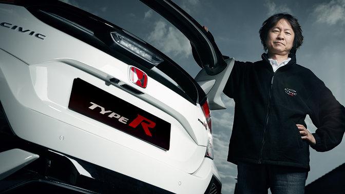 Hideki Kakinuma con vista posteriore di tre quarti della Honda Civic Type R.