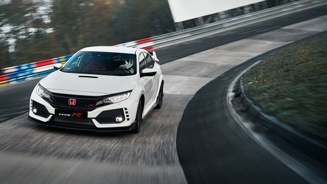 Vista frontale a tre quarti di Honda Civic Type R in pista.