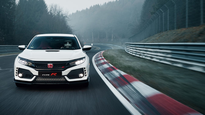 Vista anteriore di una Honda Civic Type R in pista.