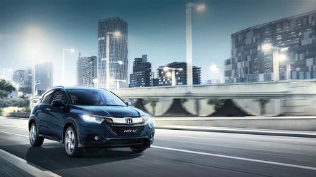 Veduta frontale di Honda HR-V con paesaggio cittadino sullo sfondo