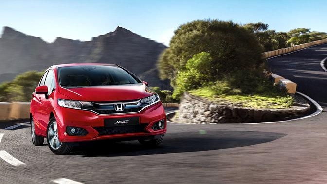 Vista anteriore di tre quarti di una Honda Jazz su una tortuosa strada di montagna.