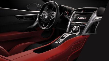 Vista di tre quarti della plancia interna rossa della Honda NSX.