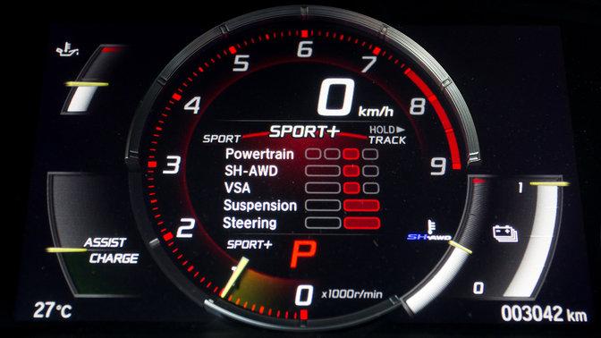 Primo piano dei quadranti della Honda NSX Sport+.