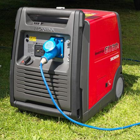 Generatore portatile in un giardino.