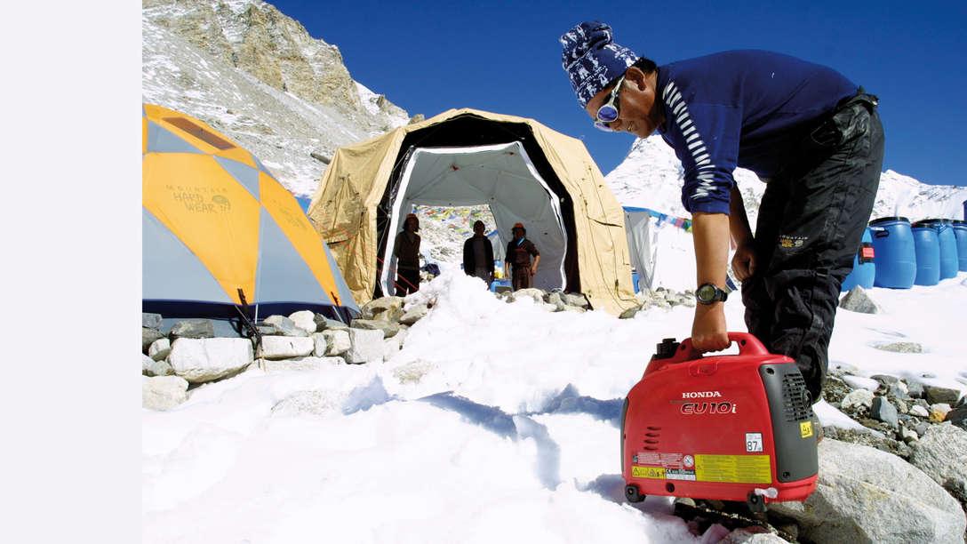 Generatore portatile utilizzato da un operatore in montagna.