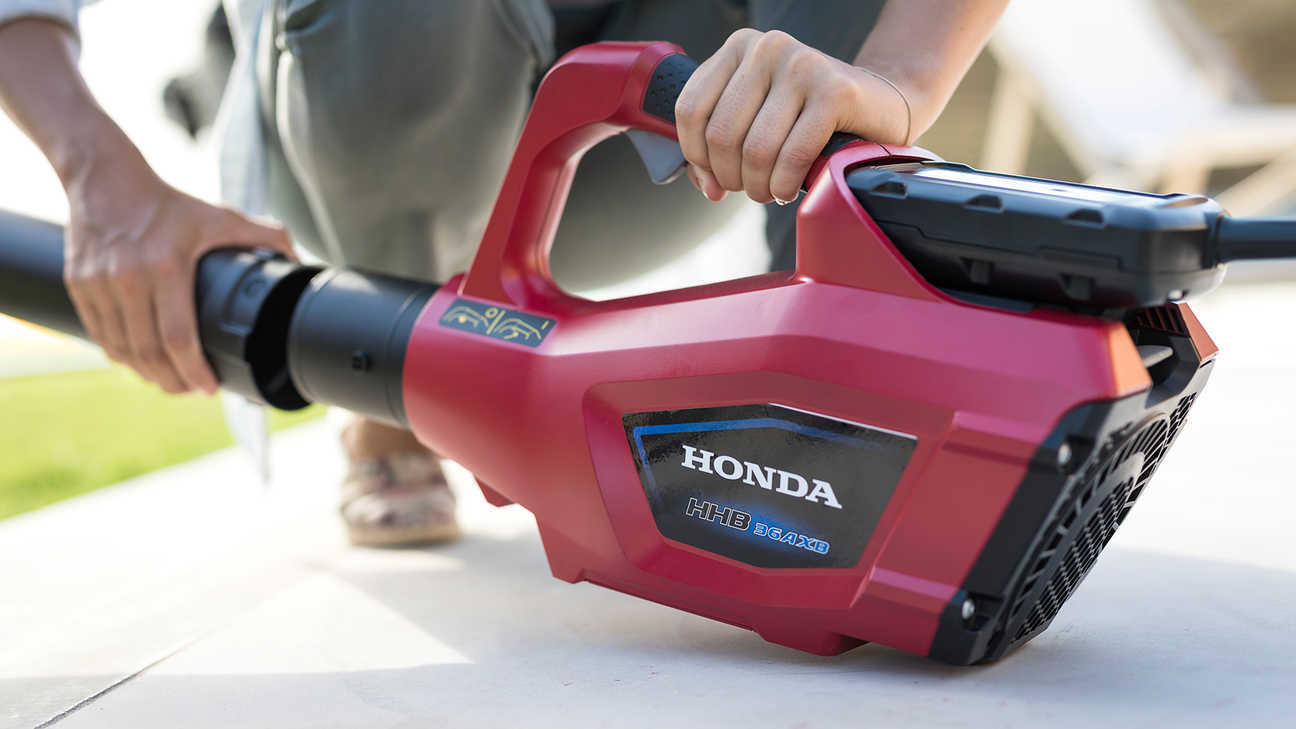 Close up with model changing the nozzle on Honda cordless leafblower.