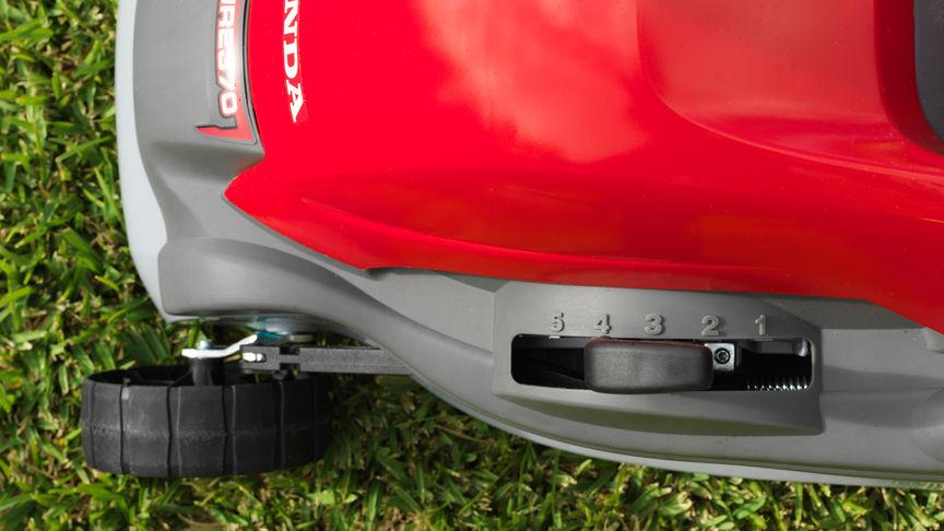Rasaerba Honda HRE, dettaglio della leva di regolazione dell'altezza di taglio.