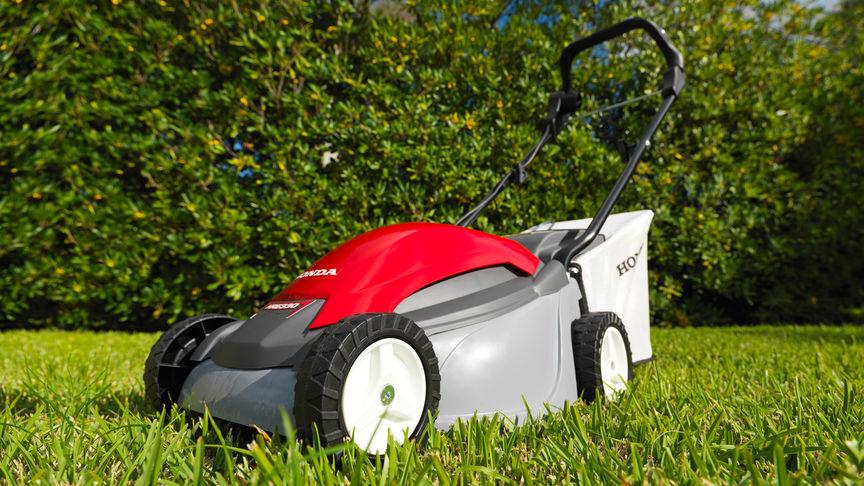 Rasaerba Honda HRE, inquadratura anteriore di tre quarti, rivolto a sinistra, luogo di utilizzo: giardino.