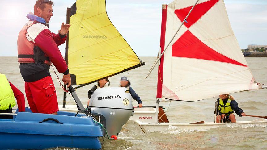 Gruppo di barche a vele che utilizzano un motore fuoribordo Honda