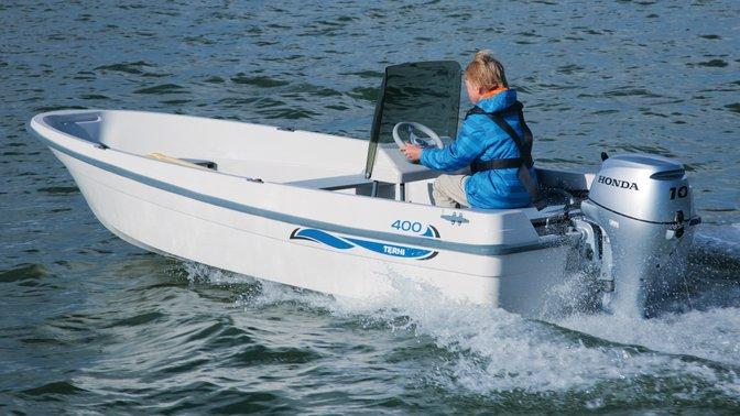 Barca con motore BF10 utilizzata da un modello, località costiera.