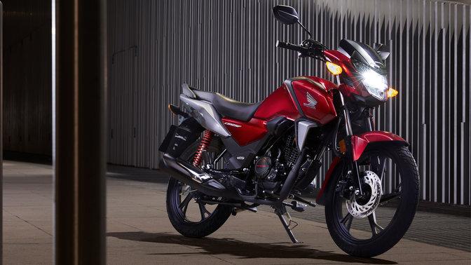 Honda CB125F rosso, scatto in ambiente urbano, notte