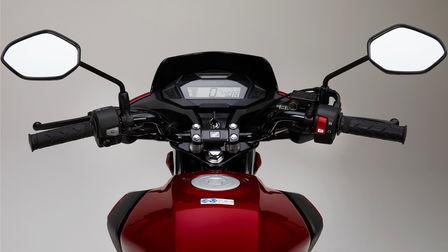 Honda CB125F rossa, scatto in studio, primo piano sul display LCD
