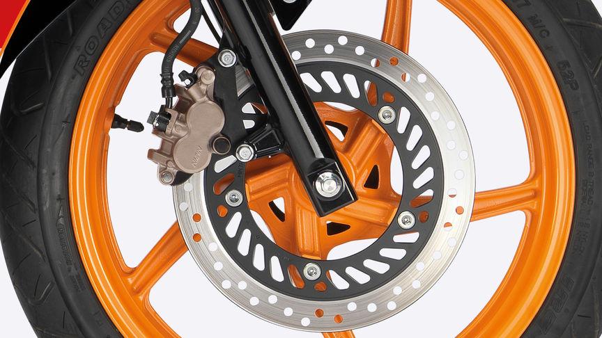 Primo piano della ruota anteriore con il freno a disco in evidenza.