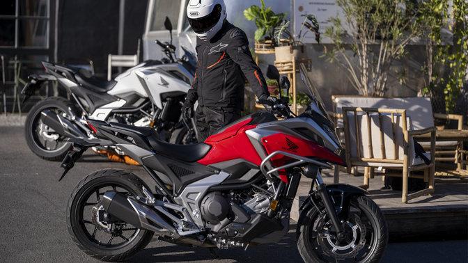 Honda NC750X, scatto in studio, moto rossa e nera, vista dall'alto