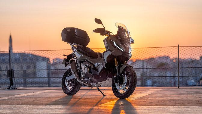 Honda X-ADV, vista anteriore di tre quarti destra, parcheggiata in un parcheggio, al tramonto