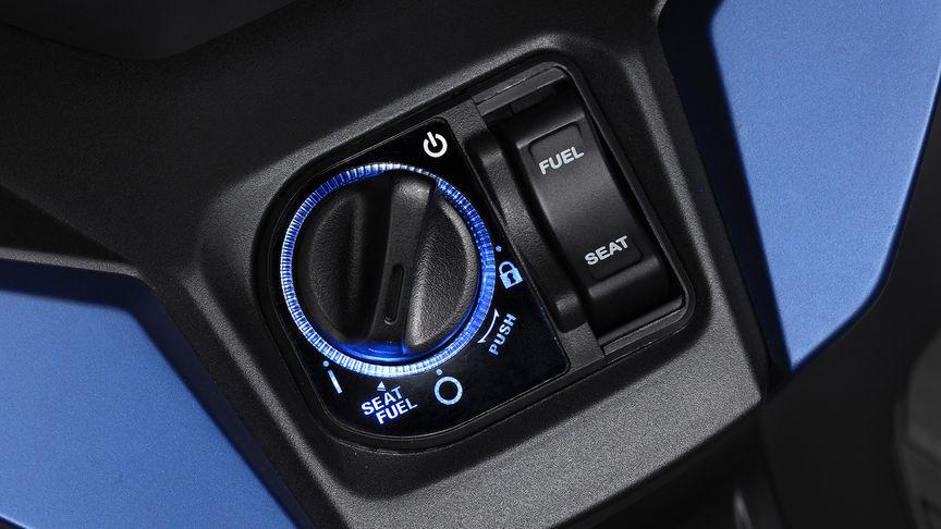 Primo piano del commutatore di accensione attivato dell'Honda Forza 125.