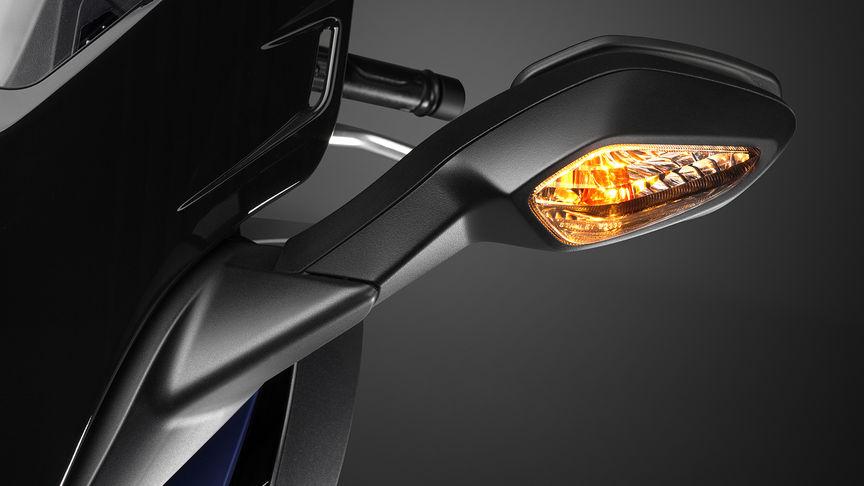 Primo piano dell'indicatore di direzione dello scooter Honda Forza 125.