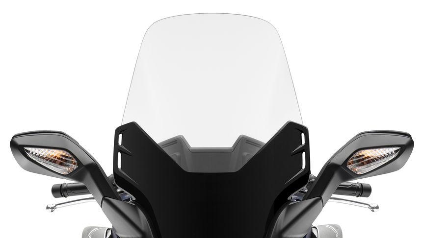 Primo piano del parabrezza dello scooter Honda Forza 125.