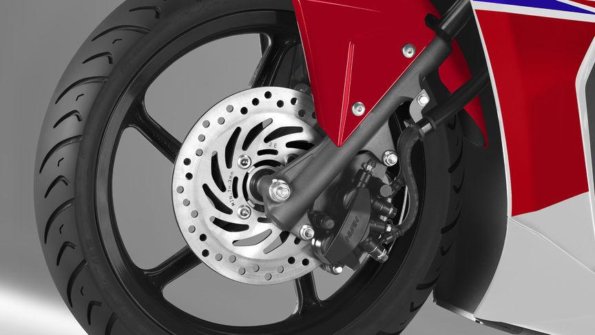 Ruota anteriore dello scooter Honda NSC50R con freni CBS in evidenza.