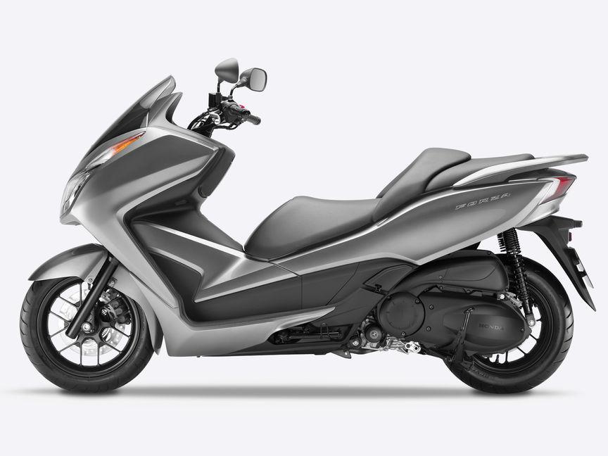 Inquadratura laterale, lato sinistro dello scooter Honda Forza 300 grigio