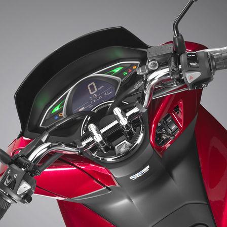 Primo piano del manubrio dello scooter Honda PCX125.