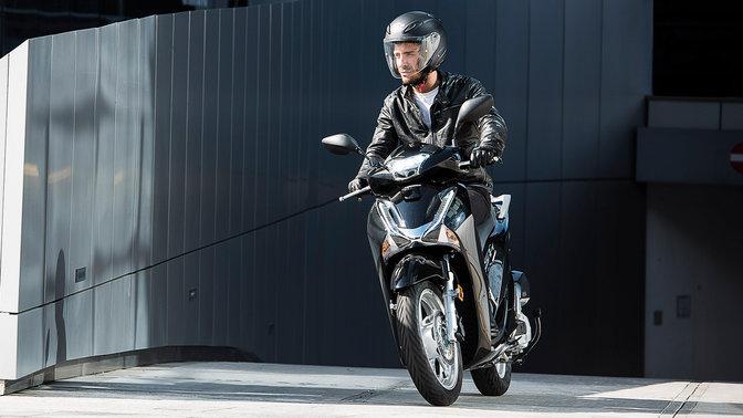 Inquadratura frontale del guidatore in scooter