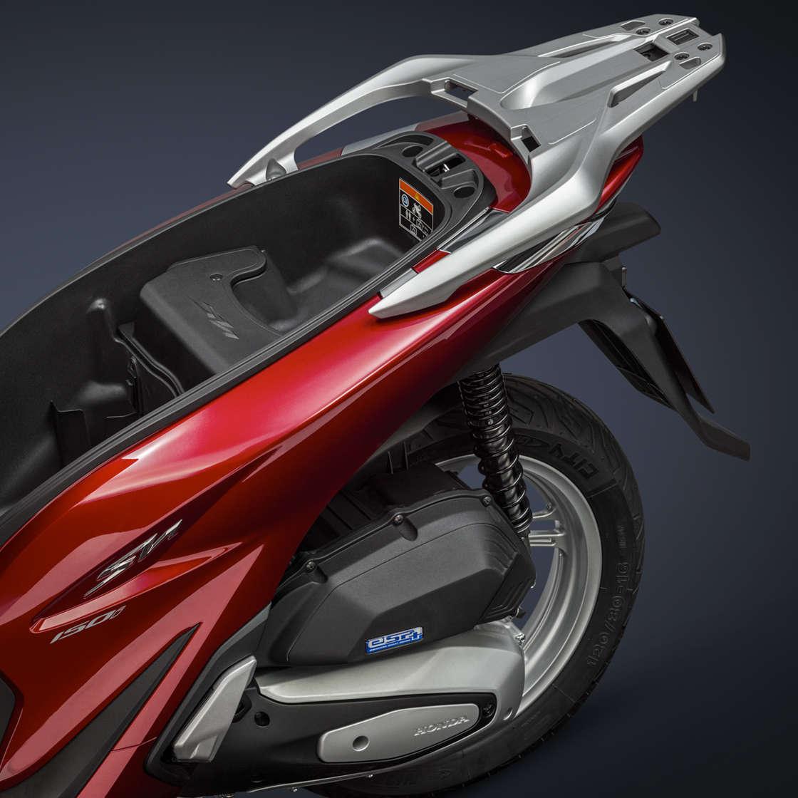 Honda SH150i, zoom sul vano bagagli nel sedile