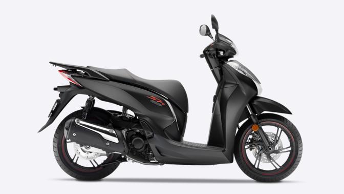 Vista laterale dello scooter Honda SH300i, fotografato in studio per mostrarne al meglio l'estetica migliorata.