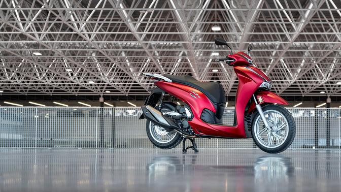 Honda SH350i, lato destro parcheggiata, moto rossa