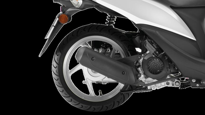 Ruota posteriore dello scooter Honda Vision. Lato destro.