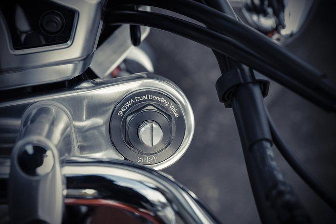 Vista dettagliata della sospensione anteriore della Honda CB1100EX.