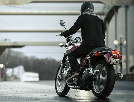 Vista di tre quarti posteriore destra della Honda CB1100EX con pilota.