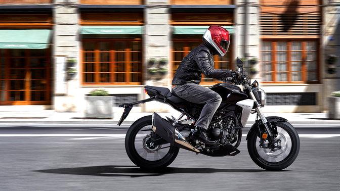 Inquadratura laterale in azione della Honda CB300R Neo Sports Café su strada.