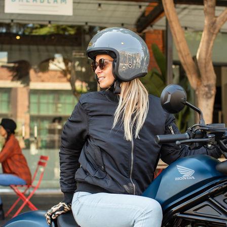 Donna seduta su una Honda CMX500 Rebel.