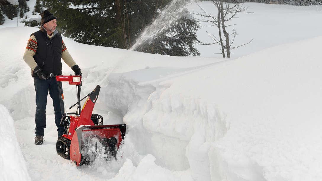 Spazzaneve Serie 6 utilizzato da un operatore, sulla neve.