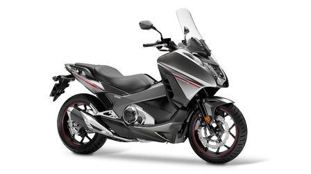 visuale di tre quarti di Honda Integra su sfondo bianco